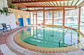 La piscina termale coperta con accesso dal giardino.