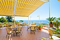 La terrazza dell'Hotel con una splendida vista sul mare.