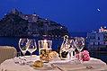 Cena sul mare a lume di candela vista Castello Aragonese.