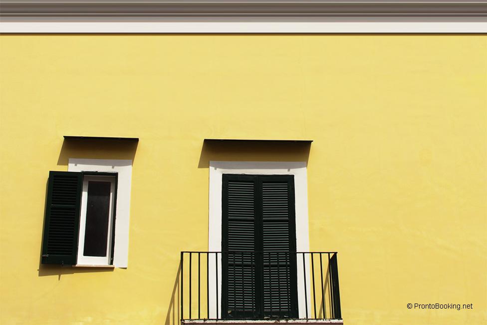 Simple dai colori pastello delle facciate dei palazzi ai - Colori per facciate esterne ...